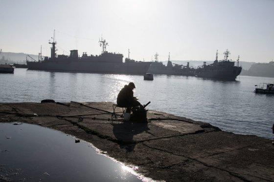 """""""Reuters""""/""""Scanpix"""" nuotr./Sevastopolyje rusų laivų blokuojamas Ukrainos karinis laivas """"Slavutič"""""""