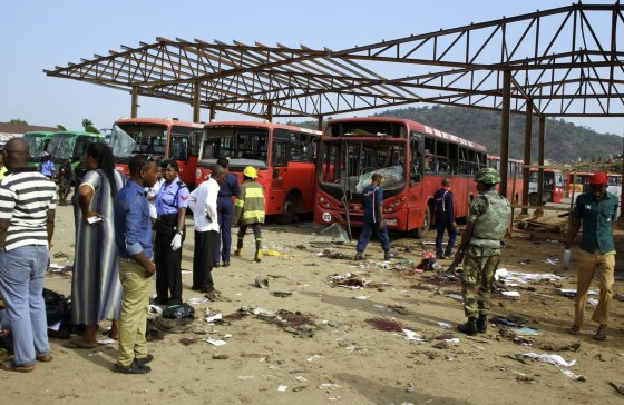 """""""Reuters""""/""""Scanpix"""" nuotr./Sprogimų padariniai autobusų stotyje, Nigerijoje."""