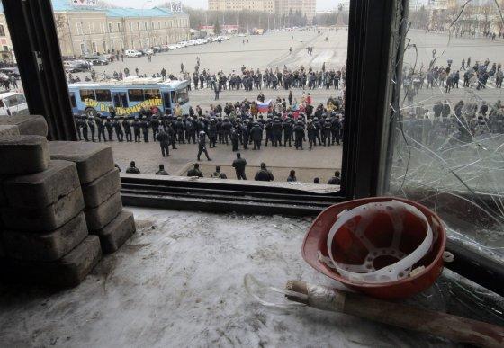 """""""Reuters""""/""""Scanpix"""" nuotr./Ukrainos specialiųjų pajėgų nariai prie administracijos pastato Charkove"""