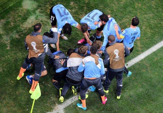"""AFP/""""Scanpix"""" nuotr./Urugvajaus futbolininkai džiaugiasi nugalėję Anglijos rinktinę."""