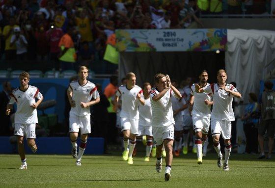 """AFP/""""Scanpix"""" nuotr./Vokietijos futbolininkai prieš rungtynes su Portugalijos rinktine"""