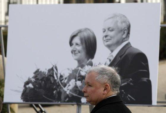 """""""Scanpix"""" nuotr./Jaroslavas Kaczynskis prie brolio Lecho ir jo žmonos Marios nuotraukos"""
