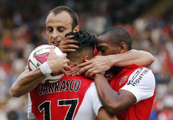"""""""Reuters""""/""""Scanpix"""" nuotr./""""Monaco"""" puolėjas Dimitaras Berbatovas su komandos draugais"""