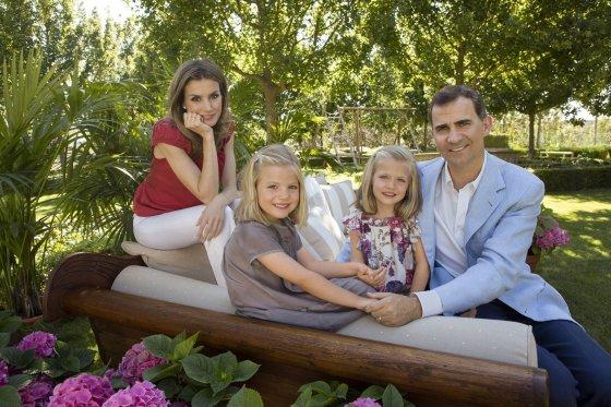 """""""Reuters""""/""""Scanpix"""" nuotr./Princas Felipe ir princesė Letizia su dukromis Sofia ir Leonor"""