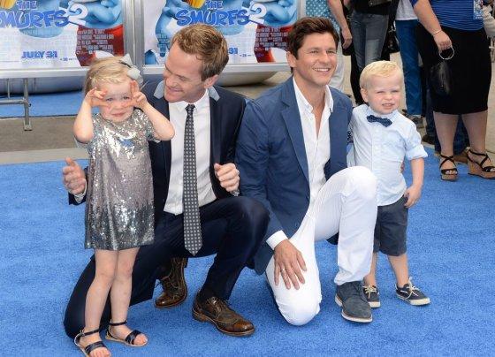 """AFP/""""Scanpix"""" nuotr./Neilas Patrickas Harrisas su sutuoktiniu Davidu Burtka ir vaikais Harper bei Gideonu"""