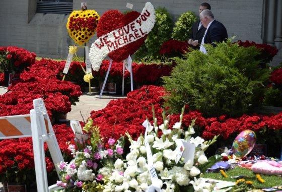 """""""Reuters""""/""""Scanpix"""" nuotr./Michaelui Jacksonui skirtos gėlės"""