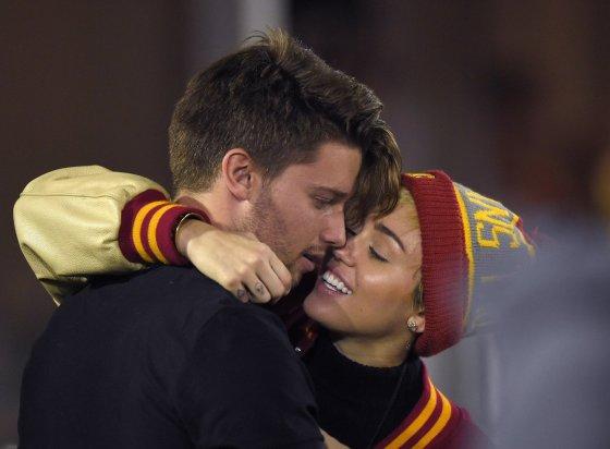 """Scanpix""/AP nuotr./Miley Cyrus ir Patrickas Schwarzeneggeris"