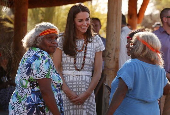 """Reuters""/""Scanpix"" nuotr./Kembridžo hercogienė Catherine su aborigenėmis"