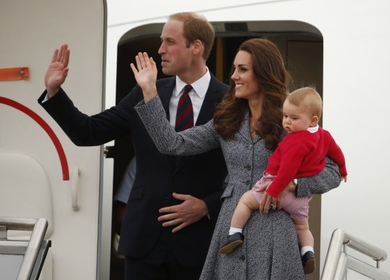 """""""Reuters""""/""""Scanpix"""" nuotr./Princas Williamas ir Kembridžo hercogienė Catherine su sūnumi George'u"""