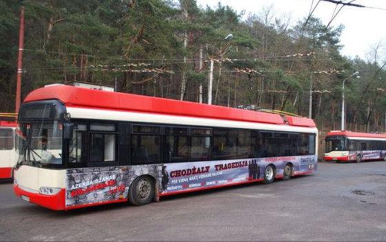 M.Sargsyan nuotr./Azerbaidžano ambasados apmokėta reklama ant troleibusų