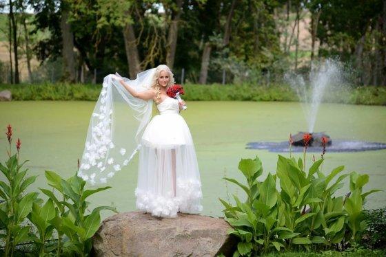 Facebook.com nuotr./Oksanos Pikul-Jasaiteinės vestuvinę suknelę nukopijavusi nuotaka