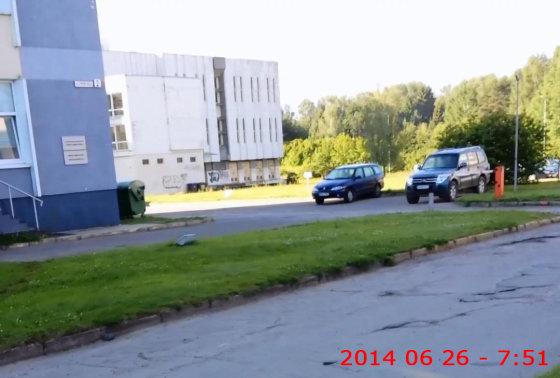 15min.lt skaitytojo Jono nuotr./Tiek automobilių tėra Gamtos tyrimų centro aikštelėje prieš darbo dieną