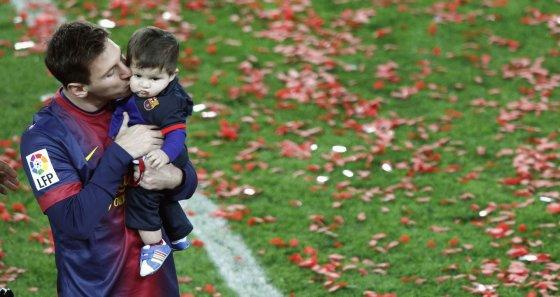 """Reuters""/""Scanpix"" nuotr./Lionelis Messi su sūnumi Thiago"