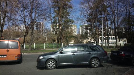 """Ikrauk.lt skaitytojo nuotr./Vilniuje, Žirmūnuose, Minties gatvės pradžioje esančių daugiabučių gyventojai jau seniai pastebėjo, kad šis """"Toyota Avensis"""" vairuotojas, vakarais neradęs aikštelėje vietos, pamėgo užstatyti išvažiavimą iš kiemų."""