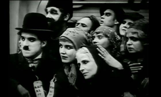 """Kadras iš filmo """"Imigrantas""""/Kažkada imigrantai į valstybę anapus Atlanto žiūrėdavo ilgesingom akim, o dabar jau niekas nebekalba apie amerikietišką svajonę"""