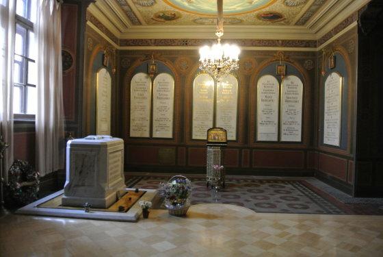 15min.lt/Violetos Grigaliūnaitės nuotr./Bolševikų nužudyto Nikolajaus II ir jo šeimos narių palaidojimo vieta Carų kapai Petropavlovsko tvirtovės cerkvėje