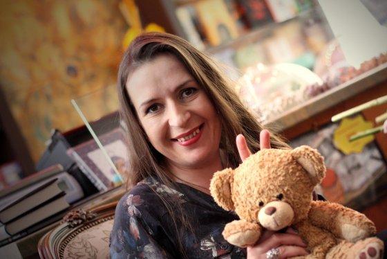 Daliaus Eismonto nuotr./Kristina Sabaliauskaitė su knygyno simboliu meškinu