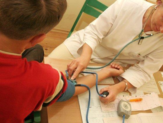 BFL/Gedimino Savickio nuotr./Mokinių sveikatos patikrinimo metu gydytoja įvertina ir kraujo spaudimą.