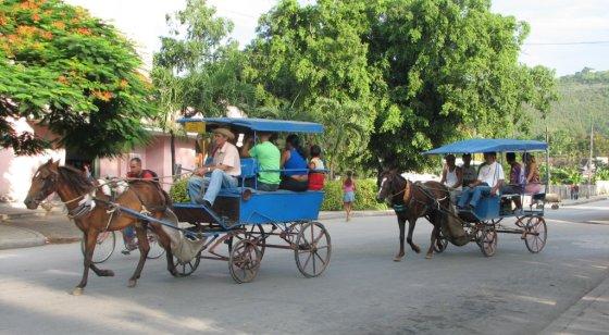 E.Visakavičiaus nuotr./Tokie vilkikų traukiami autobusai važinėja tik Kuboje