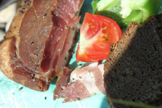 Evelinos ir Karolio nuotr./Amerikos lietuvės Dalios dovanoti lašiniai ir duona