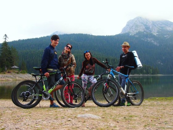 Asm. archyvo nuotr. /Nemažus atstumus keliautojai įveikdavo ir dviračiais. Juodkalnija.
