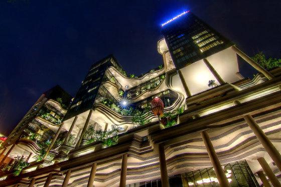 """Wikimedia.org nuotr./""""Parkroyal"""" – stiklinis dangoraižis su vešliomis žaliuojančių medžių ir gėlynų alėjomis"""