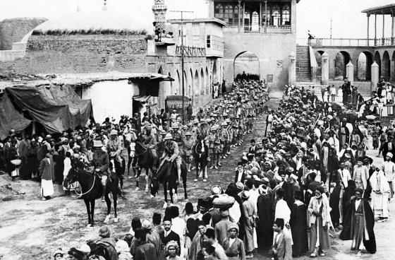 """""""Scanpix"""" nuotr./Britų kariai įžygiuoja į Bagdadą Pirmojo pasaulinio karo metu"""