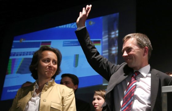 "AFP/""Scanpix"" nuotr./Euroskeptiškos partijos ""Alternatyva Vokietijai"" (AfD) įkūrėjas Berndas Lucke ir kandidatė Beatrix von Storch"