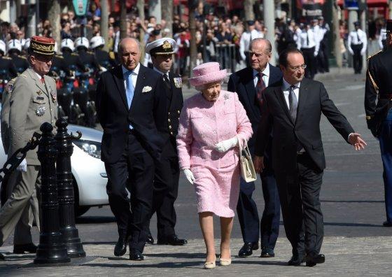 """""""Scanpix"""" nuotr./Karalienė Elizabeth II, jos vyras princas Philipas ir Prancūzijos prezidentas Francois Hollande\'as"""