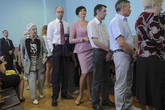 """""""Scanpix"""" nuotr./Laikinasis prezidentas Arsenijus Jaceniukas laukia eilėje, kad gautų balsavimo biuletenį"""