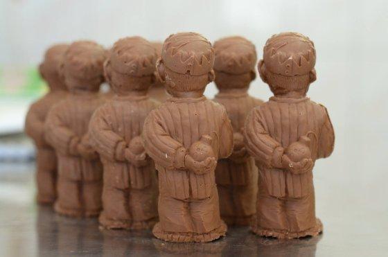 Gamintojų nuotr./Šokoladinės V.Putino kalinio uniforma figūrėlės