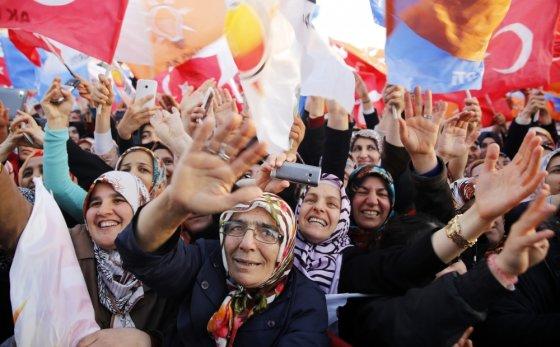 """""""Scanpix"""" nuotr./Turkijos premjero T.Erdogano ir jo partijos AKP rėmėjai - religingi provincijos gyventojai"""