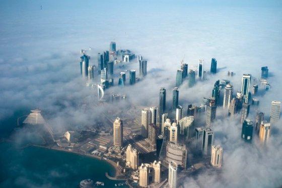 Kataro spindesys slepia vergijos sąlygas futbolo čempionato statybose