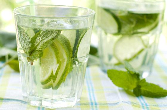 Shutterstock nuotr./Gėrimas su citrinomis ir agurkais