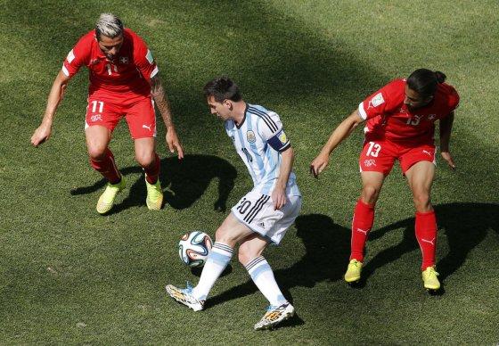 """""""Reuters""""/""""Scanpix"""" nuotr./Lionelis Messi tarp varžovų"""