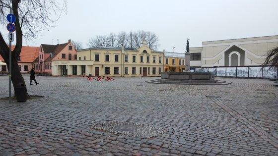 Klaipėdos Teatro aikštėje dar nė ženklo, kad greit Kalėdos