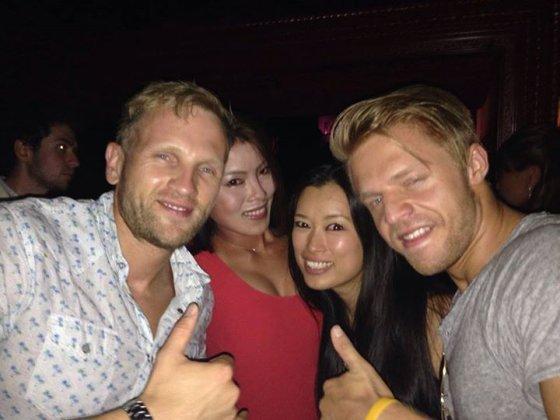 P. Kimbrys su mergina (desneje) ir draugais