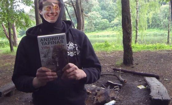 """Vasarą referendumo šalininkai viešai sudegino A.Tapino knygą """"Vilko valanda""""."""
