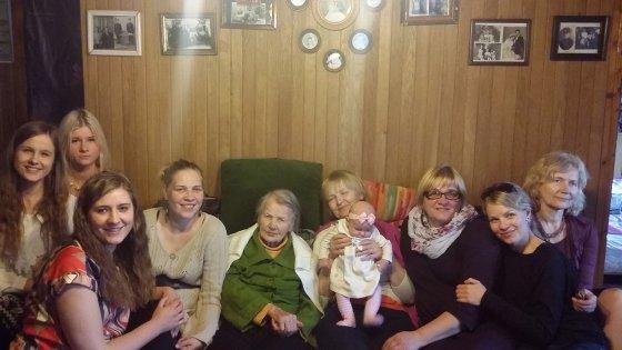Nefų šeimos moterys per 2014 m. Velykas
