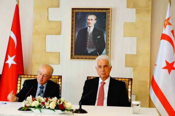 Sameero Hijjawio nuotr./ŠKTR prezidentas Dervis Eroglu (dešinėje)