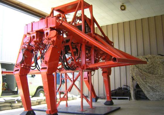 Wikimedia commons nuotr./Operatorius stovi mašinos viduje ir abiejų rankų bei kojų pagalba valdo visas keturias mašinos galūnes