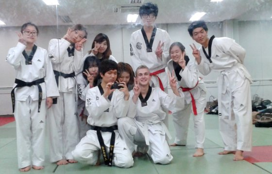 KTU studentas Justinas Grybas tekvondo treniruotėje (centre)