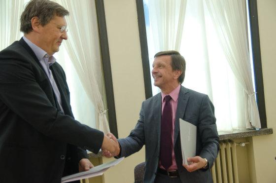 """Raimondas Štreimikis, UAB """"GECO Investicijos"""" direktorius ir KTU rektorius Petras Baršauskas. KTU nuotr."""