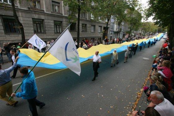 Alvydo Januševičiaus nuotr./Šiaulių gimtadienyje – 200 metrų Ukrainos vėliava ir  ugnimi alsuojantis drakonas