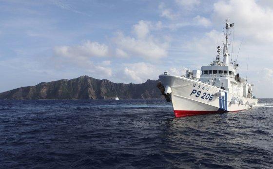 """""""Reuters""""/""""Scanpix"""" nuotr./Japonijos pasieniečių laivas greta vienos iš ginčijamų salų"""