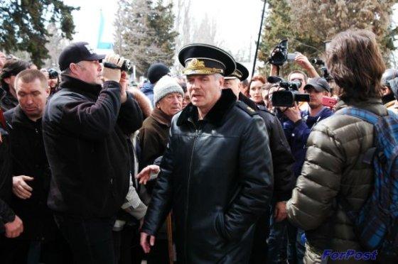 sevastopol.su/Dmitrijaus Osipenkos nuotr./Ukrainos laivyno štabo Sevastopolyje šturmuotojai išsivedė laivyno vadą Serhijų Haiduką