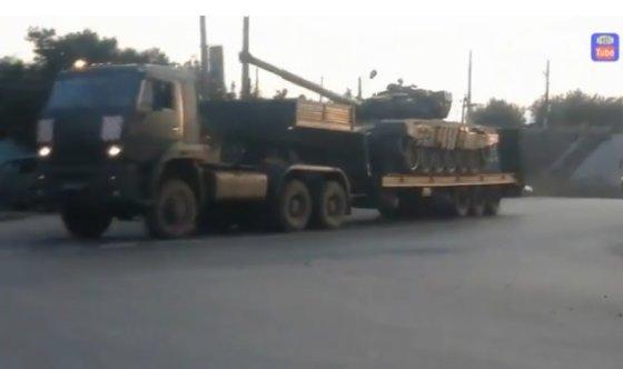 Stop kadras/Gabenami Rusijos tankai ir šarvuočiai.