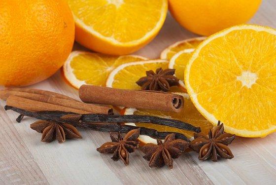 Fotolia nuotr./Apelsinai ir cinamono lazdelės