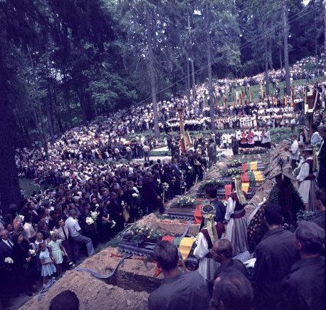Tado Dambrausko nuotr./Medininkų žudynių aukų laidotuvės Antakalnio kapinėse (1991 m.)