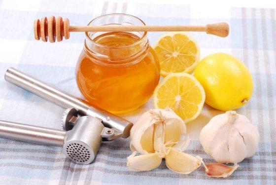 Fotolia nuotr./Česnakai, medus ir citrina gelbsti kraujagysles